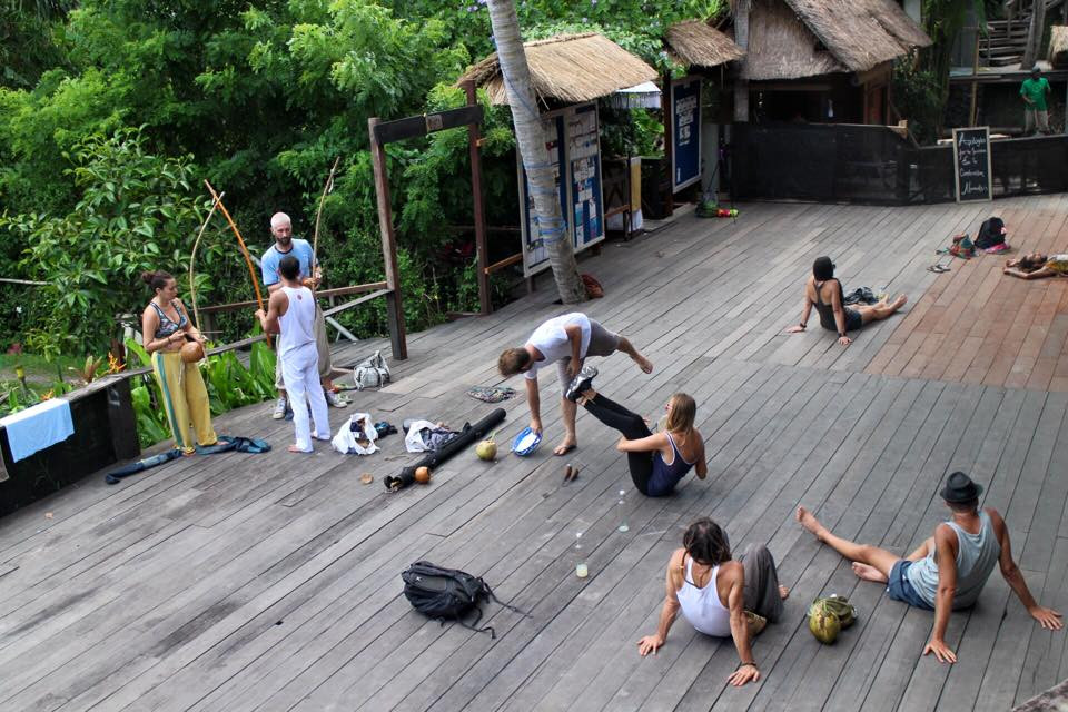 Tập acro yoga ở Yoga Barn Bali