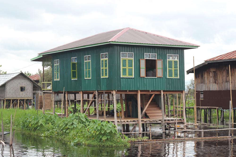 Một ngôi nhà sàn bên mép nước