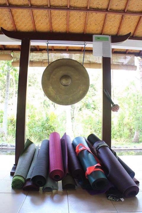 Góc để thảm yoga của mọi người trong khóa học 200h HLV Yoga của mình ở Bali