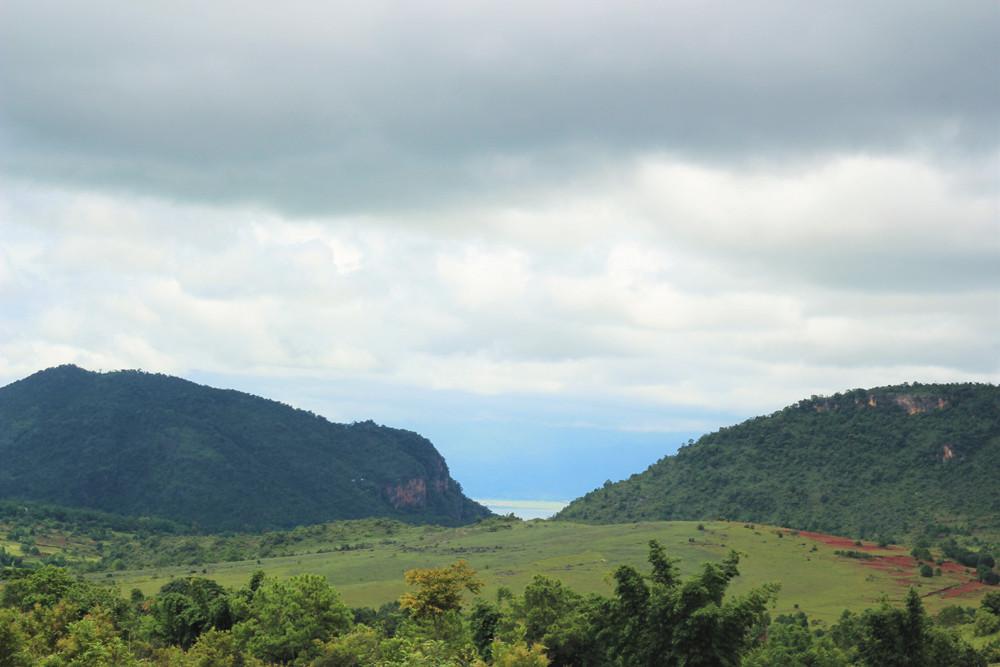Khoảng giữa hai ngọn núi trên đườngtrekking Inle - Kalaw