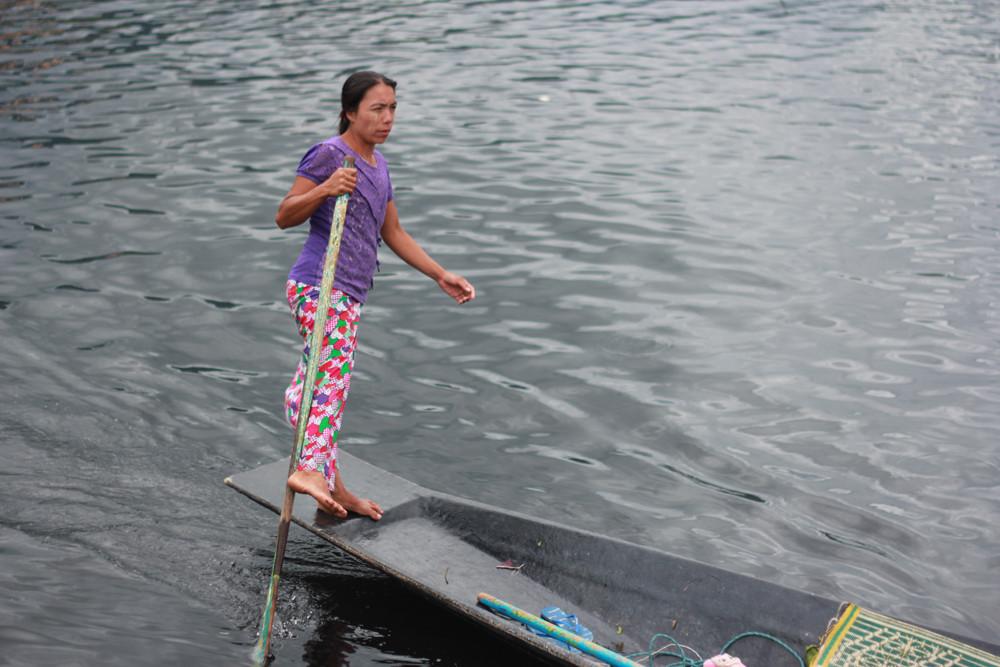 Người phụ nữ chèo thuyền bằng một chân trên hồ Inle