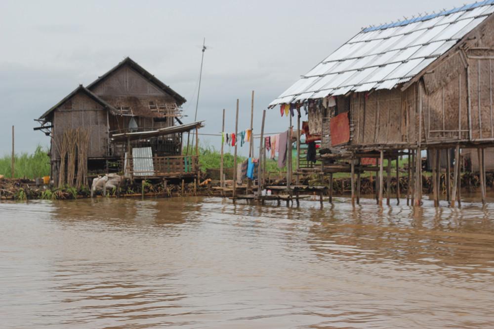 Những căn nhà nổi nghèo xơ xác trên hồ Inle Myanmar