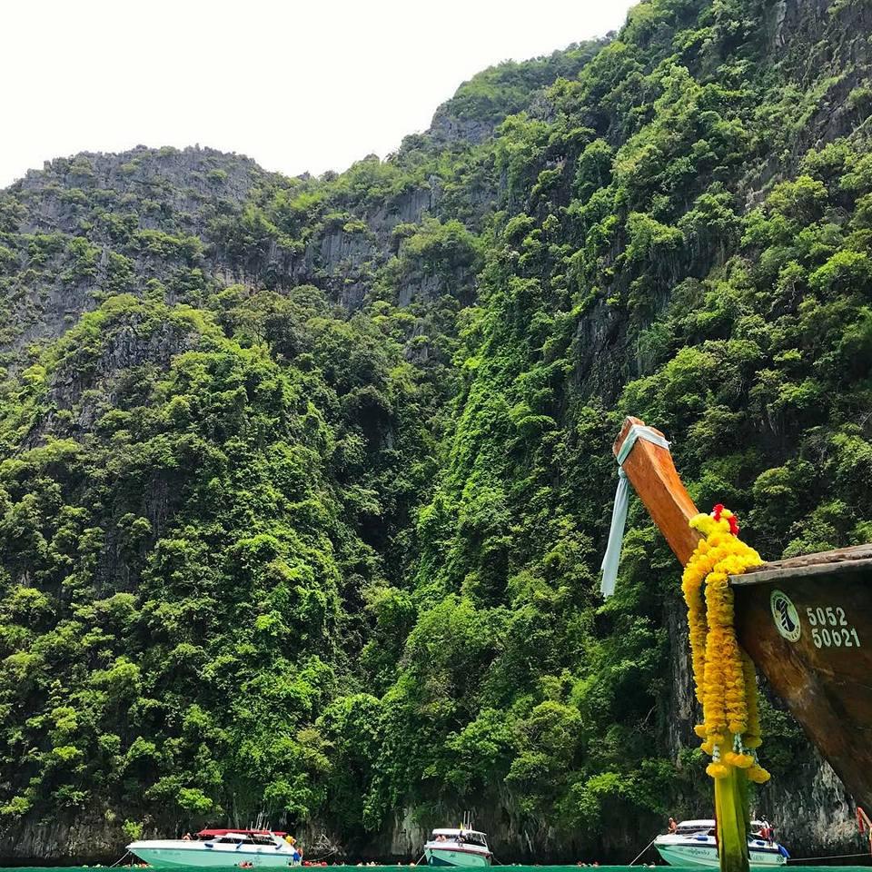 Những rặng núi đá vôi xanh ngắt trên đảo Koh Phi Phi - Thái Lan