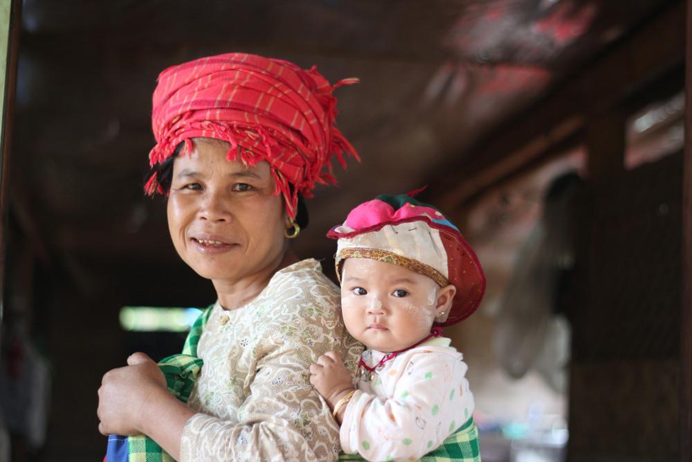 Một em bé mũm mĩm dễ thương