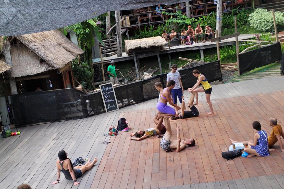 Một lớp acro yoga ngoài trời tại Yoga Barn - Bali