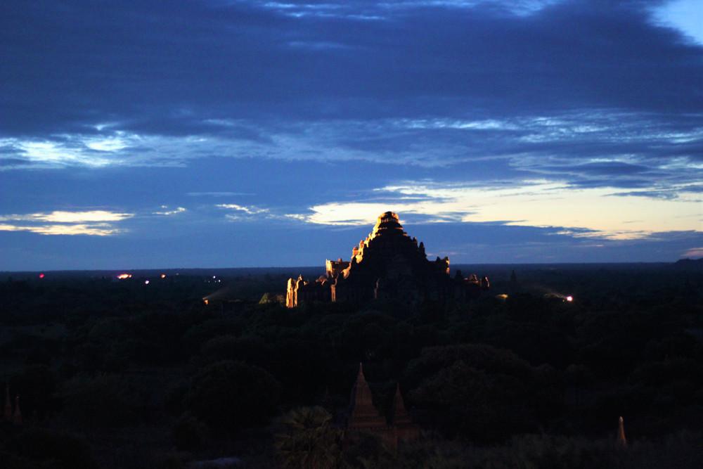 Ánh đèn phản chiếu rực rỡ lên một ngôi đền ở Bagan Myanmar