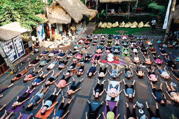 Một lớp yoga ngoài trời rát đông tại Yoga Barn - Bali