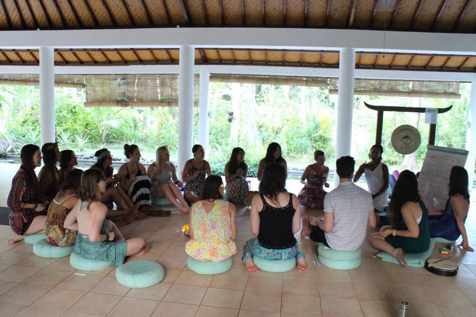 Một buổi tập hát Kirtan trong khóa học 200h HLV Yoga của mình ở Bali