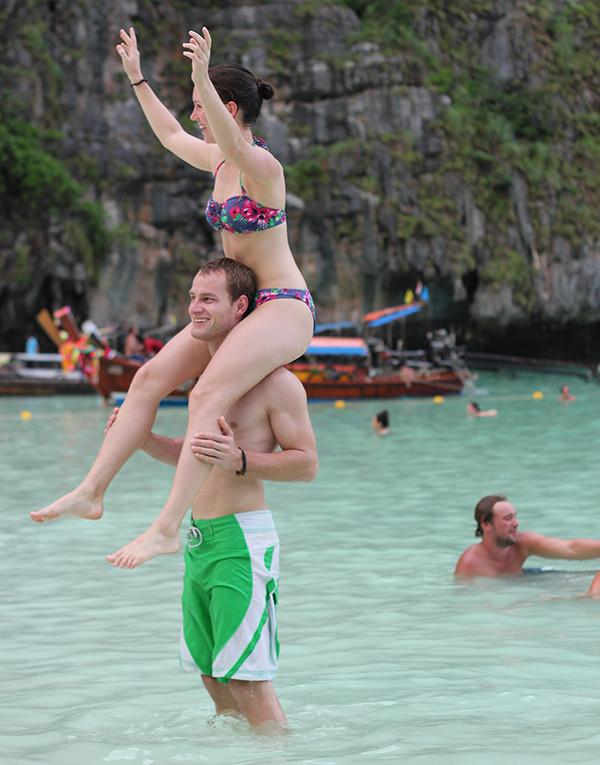 Tắm biển tại vịnh Maya - đảo Koh Phi Phi Thái Lan