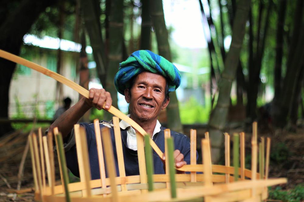 Người dân đan lát bên làng Nogh trênđườngtrekking từ Inle - Kalaw