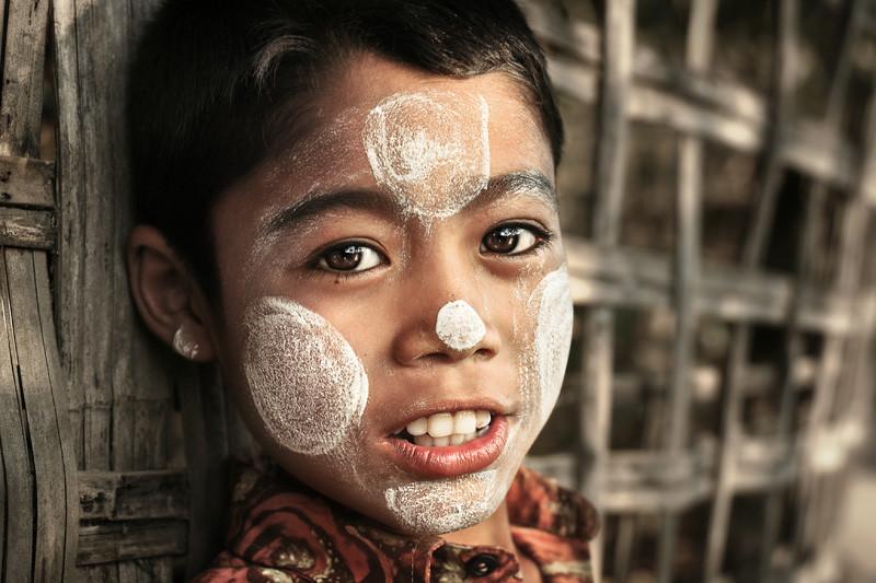 Bột Thanaka được phụ nữ Myanmar sử dụng hàng ngày