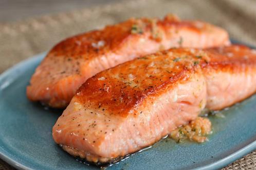 Le pavé de saumon grillé, sauce béarnaise, pommes-de-terre