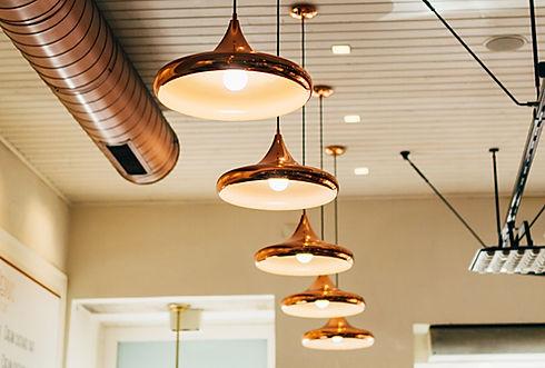 Hangende koperen lampen