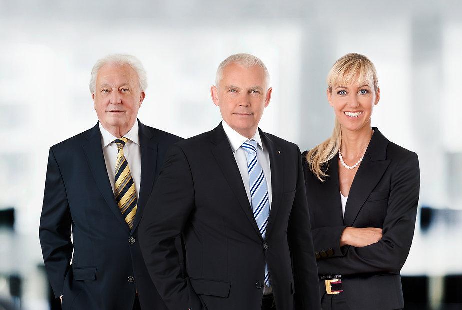 Notar Dortmund. Teamszene der drei Notare Dr. Alexander Puplick, Beate Puplick und Peter Kreiner im Büro ihrer Kanzlei in Dortmund