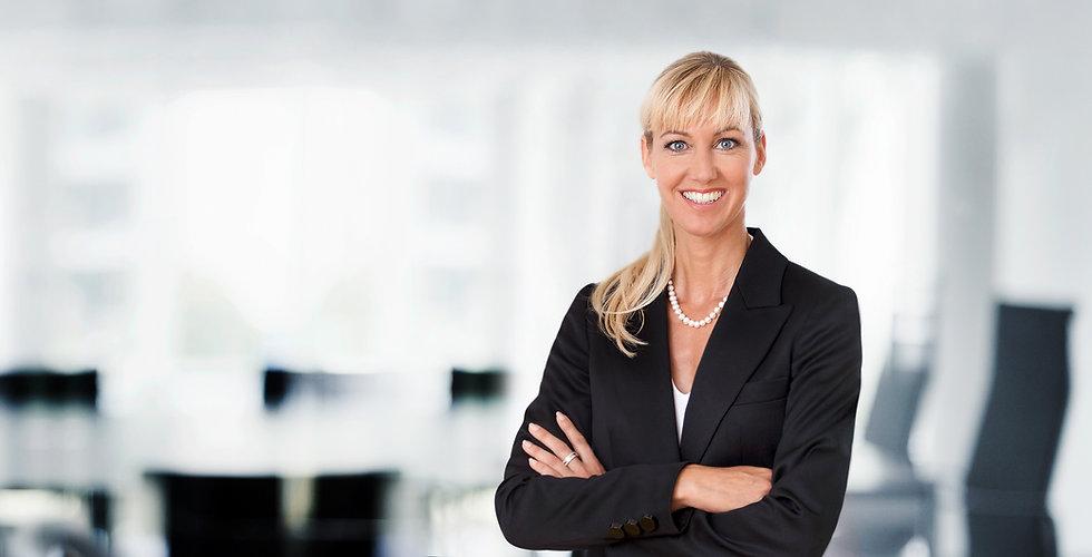 Portraitfoto von Beate Puplick, Notarin, Rechtsanwalt und Fachanwältin für Arbeitsrecht und Familienrecht, in den Büroräumlichkeiten ihrer Kanzlei in Dortmund.