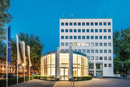 Nachtaufnahme: Seitenansicht des Kronenburg-Forums in Dortmund. K2 Bürocenter in Dortmund, Büro und Ausstellungsflächen mieten, Gewerbefläche mieten, Praxis mieten
