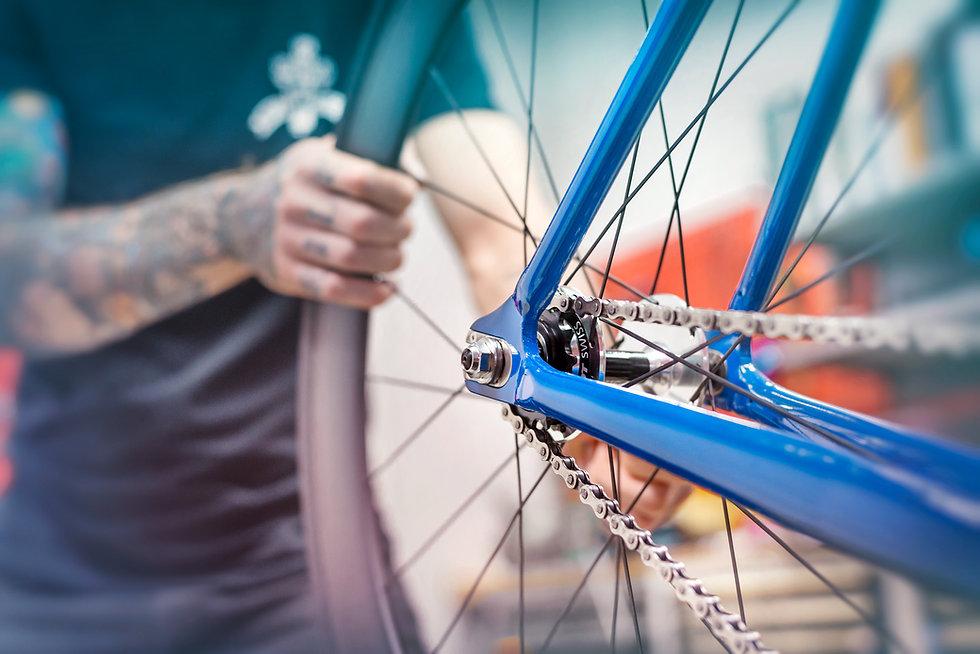 Das Rad in Dortmund. Fahrrad und e-bike kaufen. Reparaturszene in der Fahrradwerkstatt von Das Rad in Dortmund.jpg