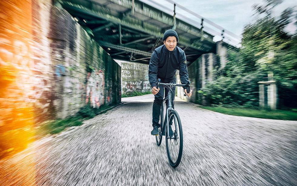 """Fahrradszene mit Thatchai für das Fahrradgeschäft und die Fahrradwerkstatt in Dortmund """"Das Rad"""". Falkenjagd, Rennstahl, Stevens, Bropmpton, I:sy, Coboc, Schindelhauer, Parapera, Desiknio, Riese und Müller"""