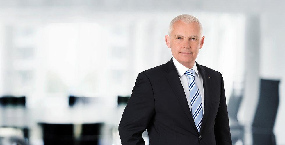 Portraitfoto von Dr. Alexander Puplick Notar und Fachanwalt für Verwaltungsrecht, Fachanwalt für Handels- und Gesellschaftsrecht in den Büroräumlichkeiten seiner Kanzlei in Dortmund.