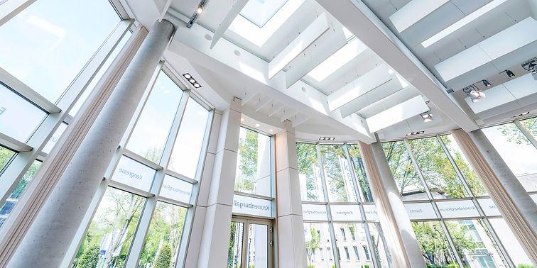 Notar Dortmund. Foto einer Büroszene im K2 Bürocenter und der Rechtsanwalts Kanzlei Puplick und Partner mbB in Dortmund. Hier finden Vorträge über aktuelles und geltendes Recht statt.