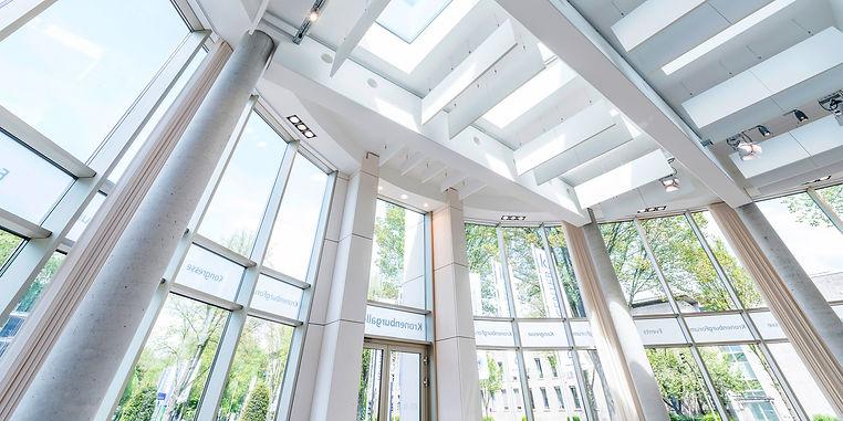Foto einer Büroszene im K2 Bürocenter und der Rechtsanwalts Kanzlei Puplick und Partner mbB in Dortmund. Hier finden Vorträge über aktuelles und geltendes Recht statt.