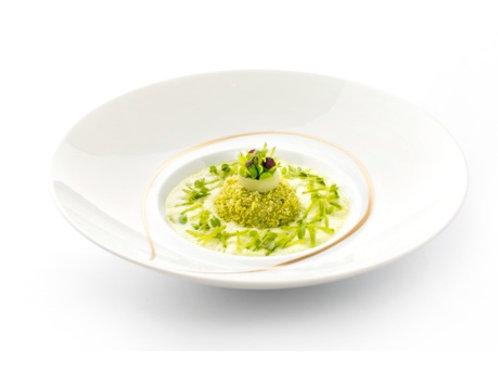 Oeuf masqué de primeur cuit et crus, jus vert aux petits pois et févette