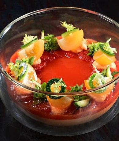 Velouté de tomates assaisonnées au basilic et courgettes craquantes
