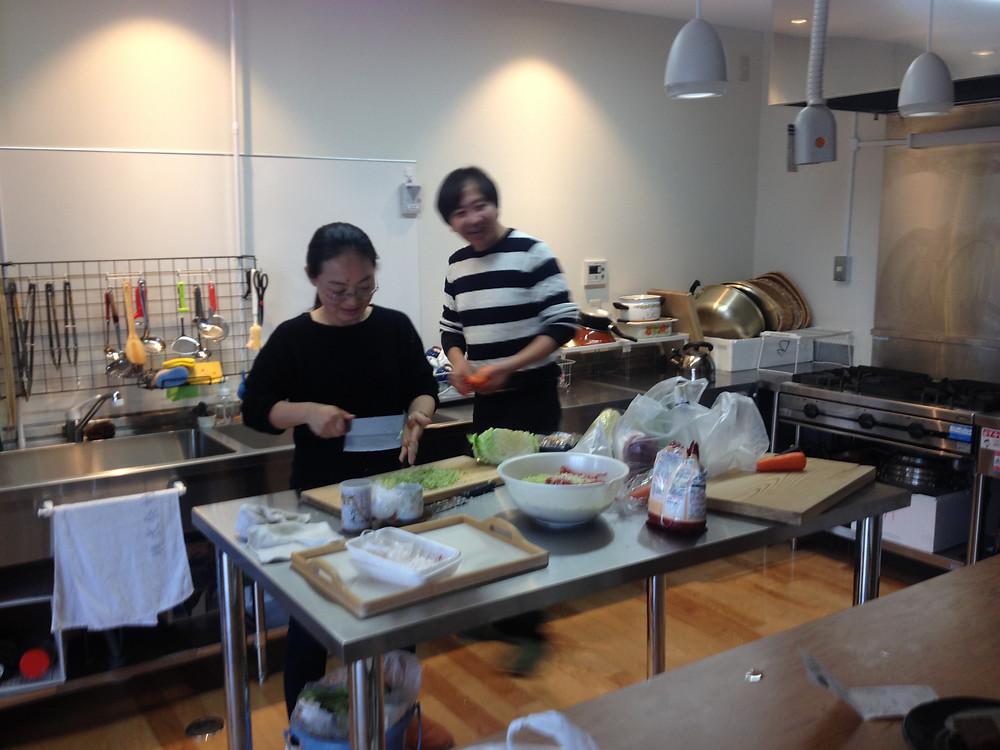 元総社コモンズ/共同の夕食(コモンミール)を作っているところ