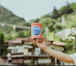 現在の「湯の花せんべい」は、味も当時のまま、無添加で作っています。昭和34年の御在所ロープウェイ開通を機に今の缶入になり、パッケージデザインはほぼ変わっていません。