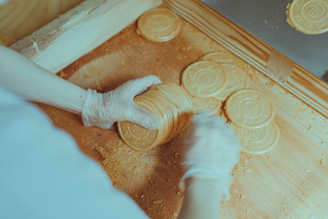半世紀以上、味もデザインも変わらない日の出屋製菓を代表するロングセラー商品です。