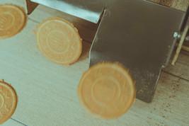 そして、昭和32年に有限会社 日の出屋製菓へ。地元湯の山温泉、桑名市長島温泉をメインに販売を続け、おかげ様で創業60年が経ちました。