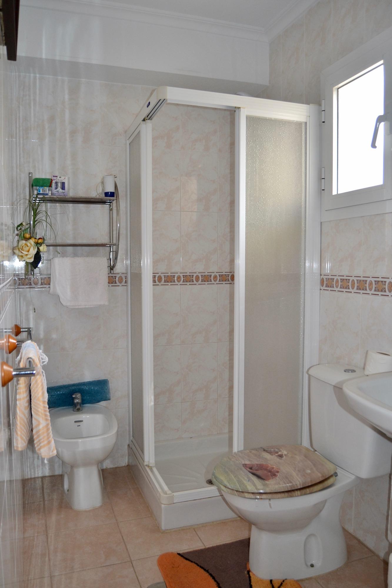 Bathroom (Click to enlarge)