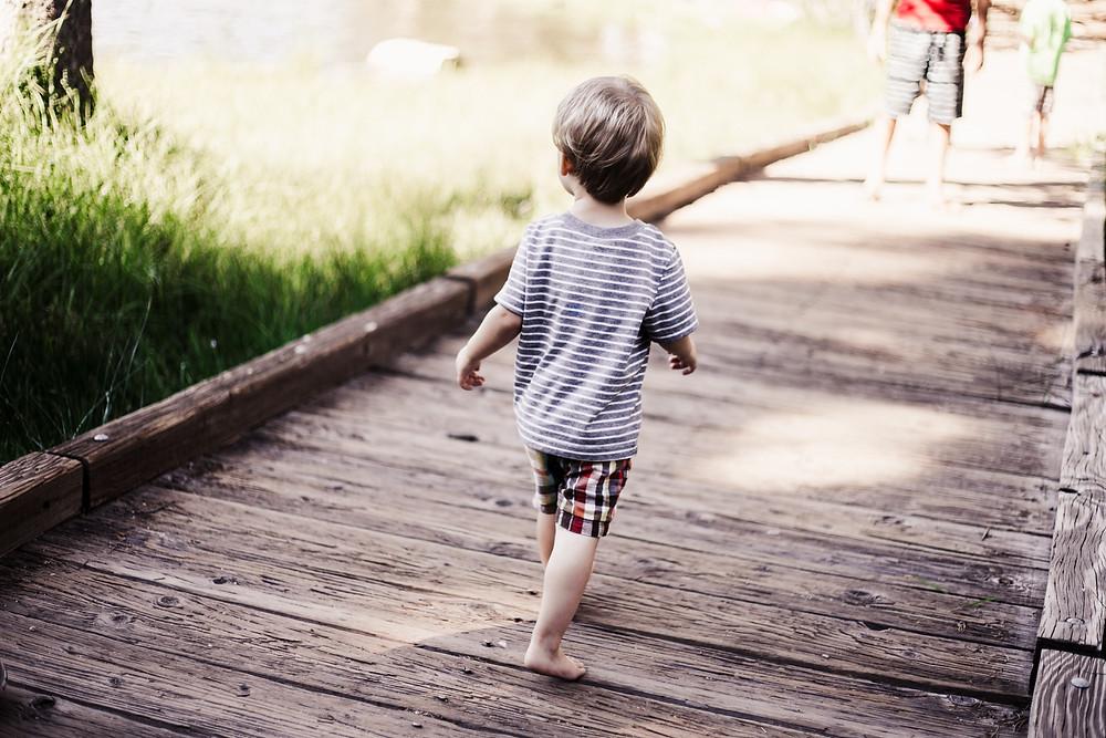 Kind auf einer Brücke