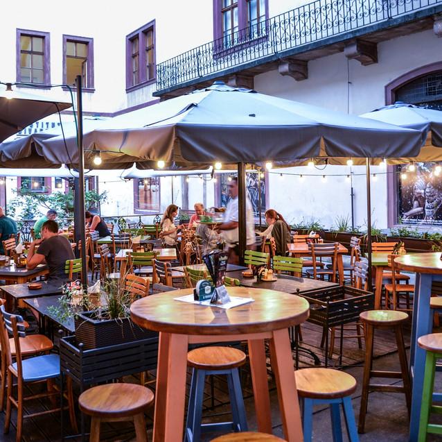 restaurant-3698548_1920.jpg