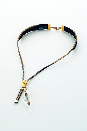 Blk/gold zipper necklace with brass arrow (Z19E)