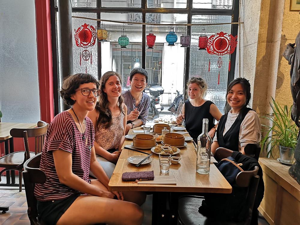 海外の友人とカフェの様子