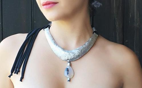 Bib necklace with agata stone drop