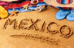 37535867-La-parola-Messico-scritto-in-sabbia-su-una-spiaggia-messicana-con-il-sombrero-cappello-di-p