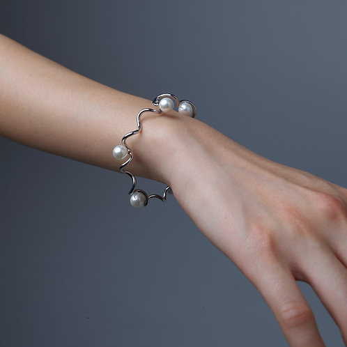 """Waves"" bracelet with pearls"