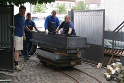 König,_Wasserbecken_Schienentransport