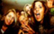 Anniversaire, fiesta, chanson, chanteuses, perruques, folles, event, micro, quatre, femme, jeune fille, soirée, stars, foule, bouche