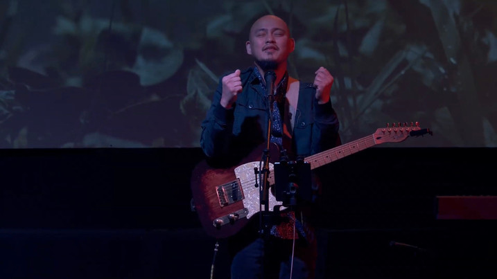 Manny Uson Leading Worship