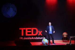 Héctor representando al equipo en una conferencia TEDx