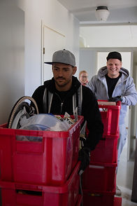 Muuttomiehet kantaa muuttolaatikoita Helsingissä