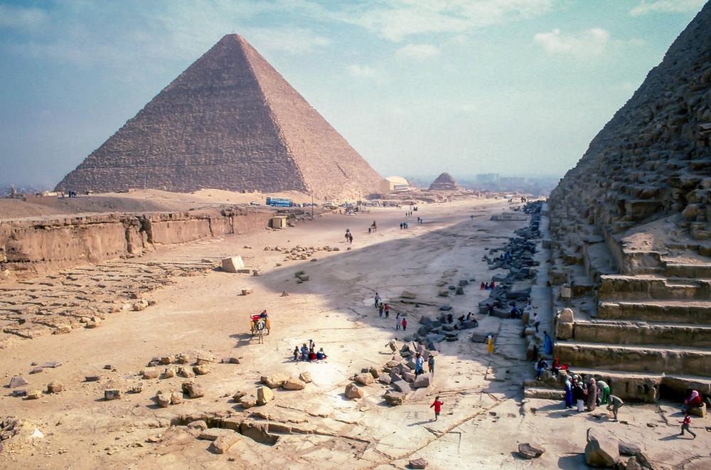 Pyramiden mit Menschenansammlungen und Arbeitern