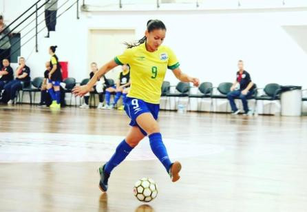 Crédito: Arquivo Pessoal - Luana Moura jogando pela Seleção Brasileira.