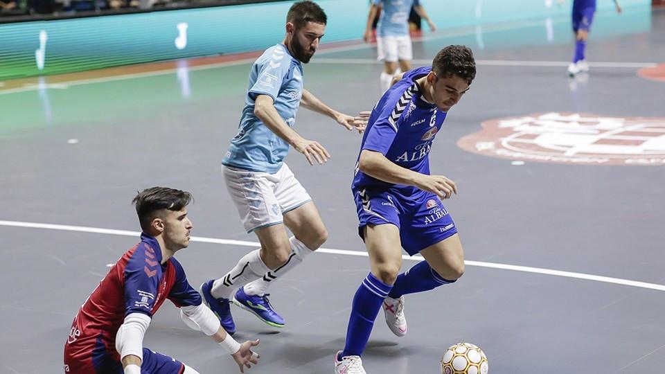 Crédito: LNFS - Juanan, jogador de Viña Albali Valdepeñas, contra Asier e Roberto Martil, do CA Osasuna Magna.