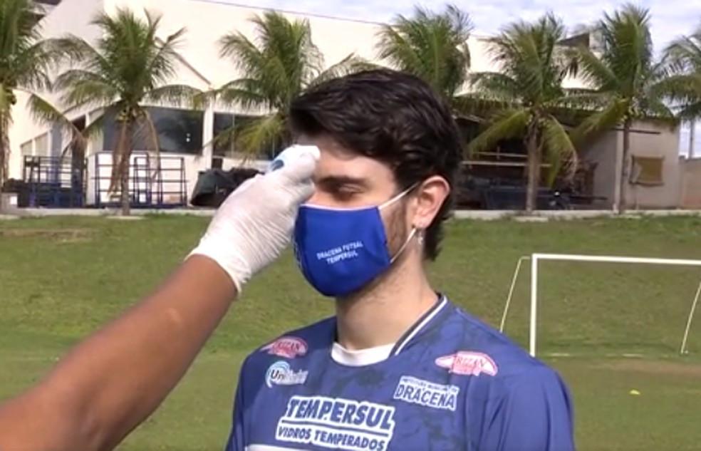 Crédito: TV Fronteira - Antes dos treinos, jogadores passam pela aferição da temperatura corpórea