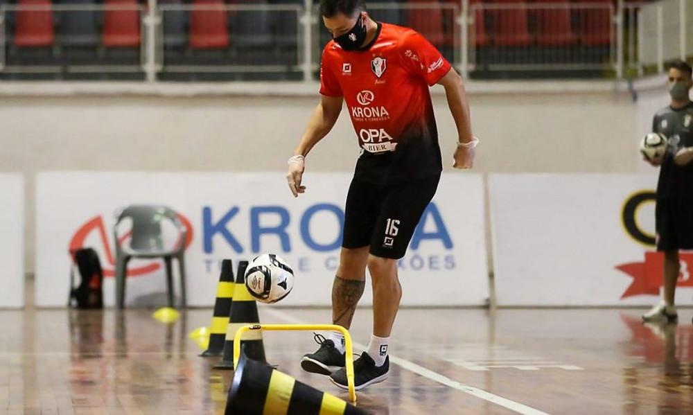 Crédito: Vitor Kortmann - No Joinville, jogadores também usam máscara e luvas nos treinos