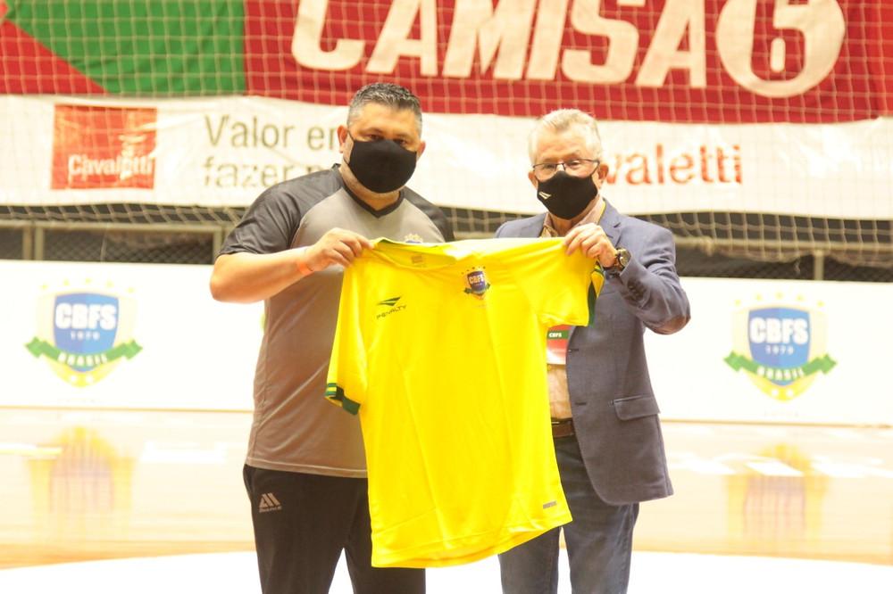 Crédito: Edson Castro - Presidente da CBFS Marcos Madeira presenteando Gerson (Supervisor Pato Futsal)